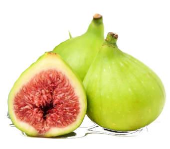 Brevas enteras y breva paratida por la mitad viendo su interior y su fruto