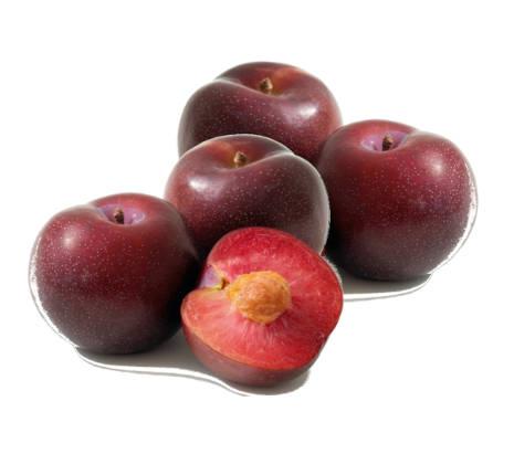 cuatro ciruelas fresa y una ciruela fresa cortada a la mitad que se ve el fruto y la ciruela por dentro.