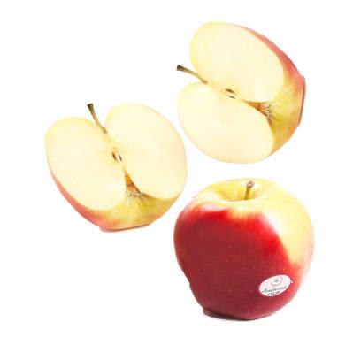 Manzana ambrosia entera y manzana ambrosia partida a la mitad en dos trozos