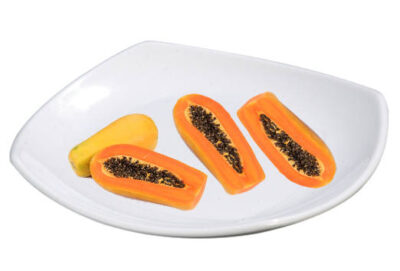 Plato con papaya cortada, papayon entero