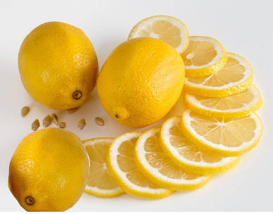 limones cortados en rodajas y limones enteros