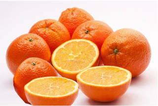 naranjas partidas a la mitad y naranjas enteras