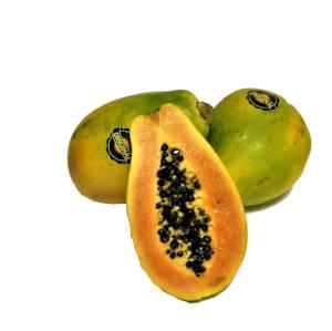 papayones enteros y un papayon cortado a la mitad
