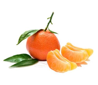 mandarinas pequeña entera con hojas y trozos de mandarina pelados