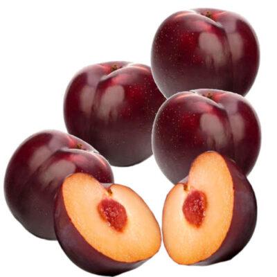 4 ciruelas rojas extra enteras y una ciruela roja partida a la mitad donde se ve el fruto.
