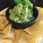 salsa de guacamole con unos nachos